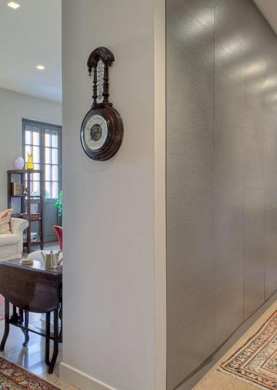 armadio a muro, legno laccato a poro aperto, ante con apertura spingi e apri, senza maniglie